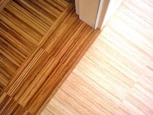 Průmyslová mozaiková teaková podlaha - dveřní přechod