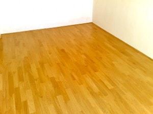 Dubová parketová podlaha v prostoru místnosti