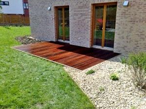 Venkovní dřevěná terasová prkna v zemi terasy