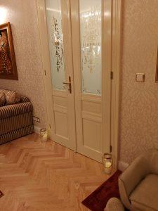 masivní podlaha - detail u stěny a dveří